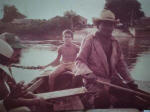 Imagem rara de Antônio Canoeiro em travessia ao rio Parnaíba